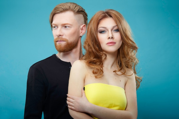 Portret mężczyzny z rudymi włosami i kobiety, które mają zrobione włosy