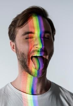 Portret mężczyzny z symbolem lgbt na twarzy