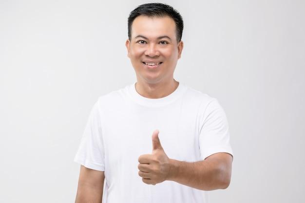 Portret mężczyzny z tajlandii z postawy kciuka ręki