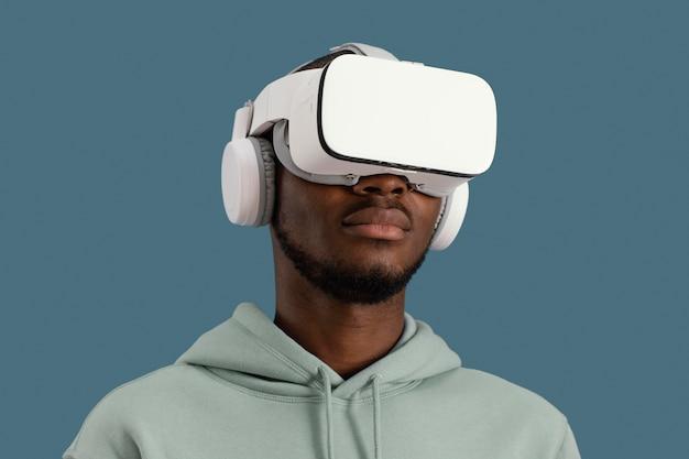 Portret mężczyzny z zestawem słuchawkowym wirtualnej rzeczywistości