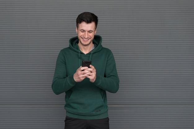 Portret mężczyzny z zieloną bluzą z kapturem