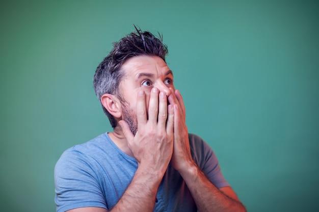 Portret mężczyzny zaskoczony o czymś