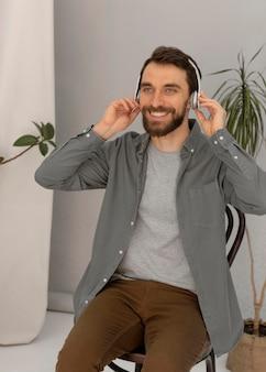 Portret mężczyzny ze słuchawkami słuchania muzyki