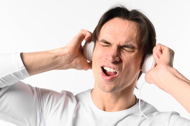 Portret mężczyzny ze słuchawkami