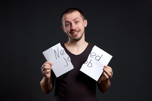 Portret mężczyzny zrywającego napis na papierze