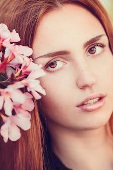Portret miasta rasy białej dziewczyny. kobieta uśmiecha się poza w świetle wieczoru na ulicy. młoda wesoła kobieta moda