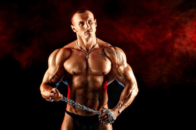 Portret mięśni sportowca z metalowym łańcuchem na szyi