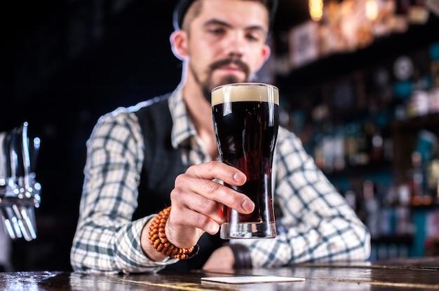 Portret miksologa demonstruje swoje umiejętności bez recepty w barze