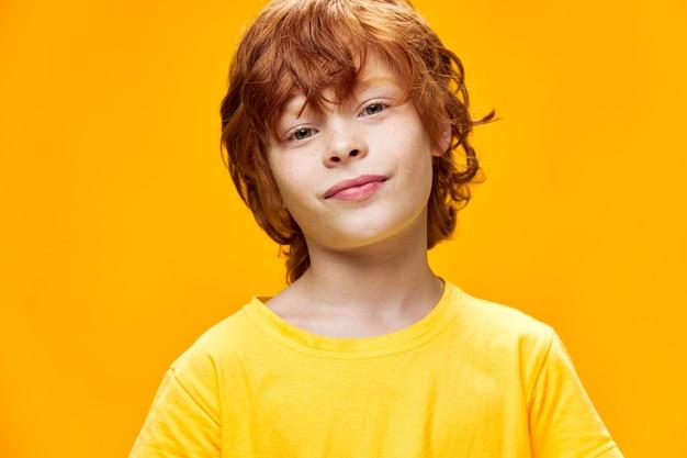 Portret mila małego chłopca z rudymi włosami
