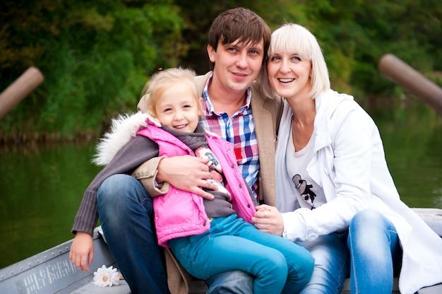 Portret miła rodzina na łodzi