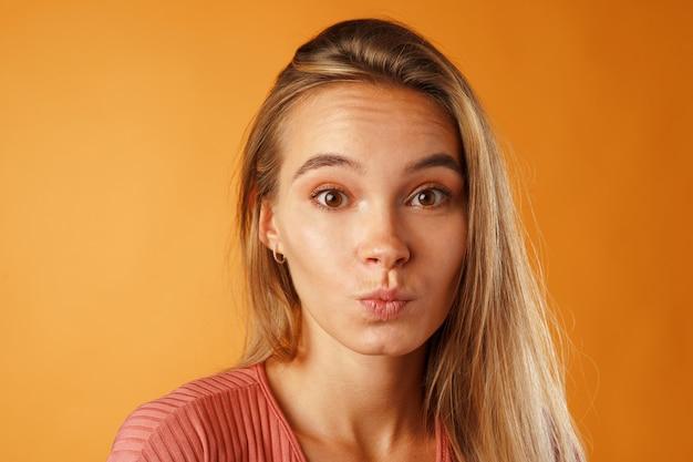 Portret miłej młodej kobiety dorywczo z długimi blond włosami