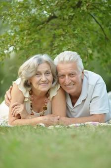 Portret miłej starszej pary w wiosennym parku