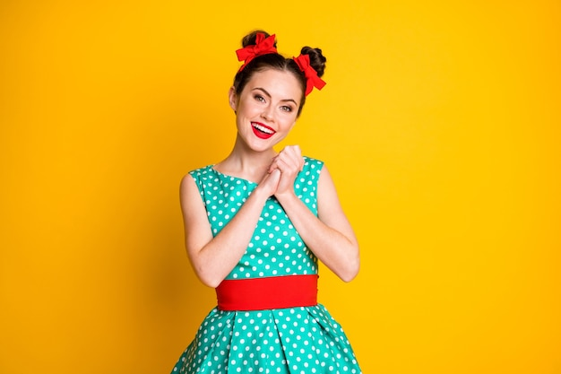 Portret miłej, uroczej, słodkiej, wesołej dziewczyny ubranej w turkusową sukienkę, cieszącej się imprezą na białym tle nad żywym żółtym kolorem tła