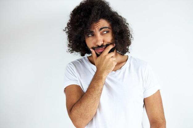 Portret miło młody arabski mężczyzna arabski na białym tle w studio, kręcone ciemnowłosy mężczyzna