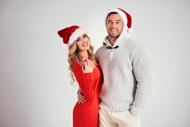 Portret miłości para z santa hat w studio strzał