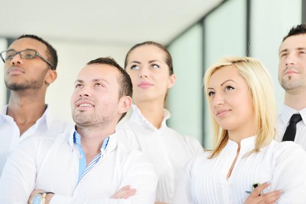 Portret młoda biznes drużyna