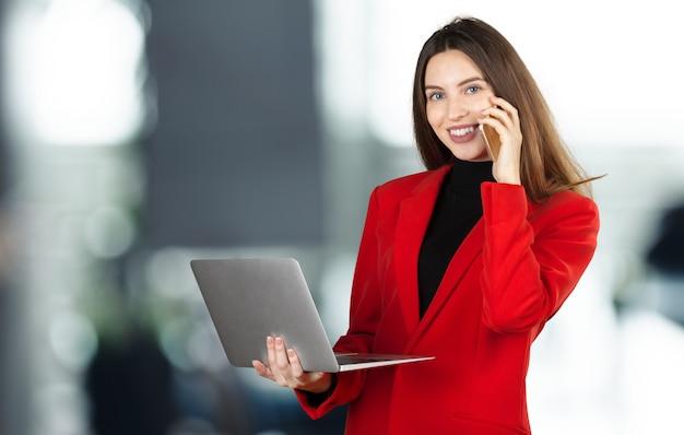 Portret młoda biznesowa kobieta używa laptop