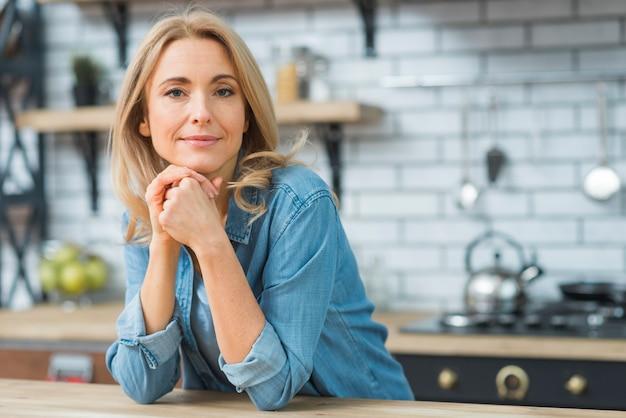 Portret młoda blondynki kobieta patrzeje kamerę