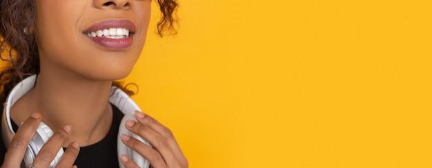 Portret młoda caucasian kobieta z jaskrawymi emocjami na kolorze żółtym