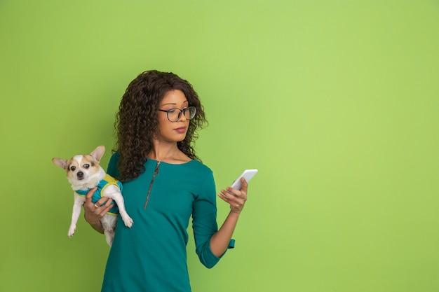 Portret młoda caucasian kobieta z jaskrawymi emocjami na zieleni