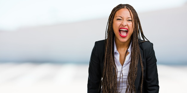 Portret młoda czarna biznesowa kobieta krzyczy gniewny
