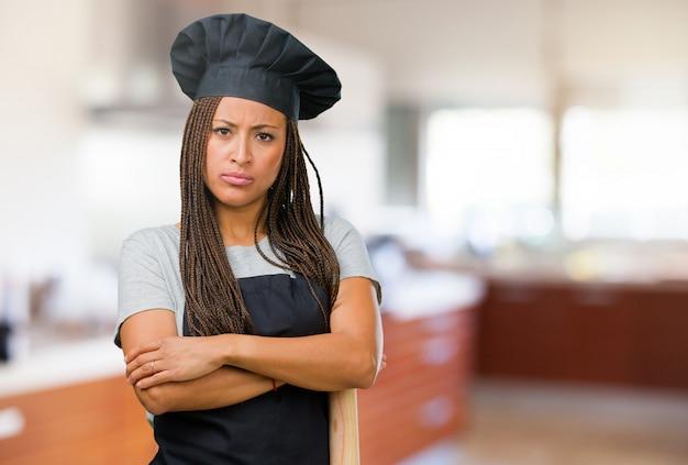 Portret młoda czarna piekarz kobieta bardzo gniewna i wzburzona, bardzo spięty, krzyczeć wściekły