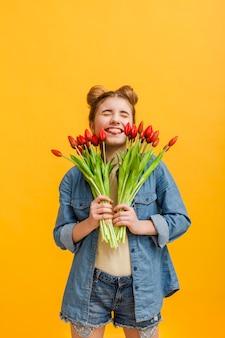 Portret młoda dziewczyna z kwiatami
