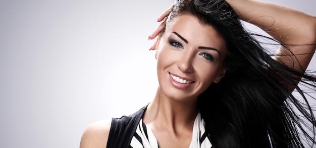 Portret młoda i szczęśliwa brunetka