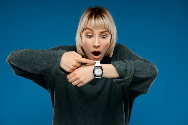 Portret młoda kobieta nad błękit ścianą