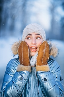 Portret młoda kobieta w zimy kurtce