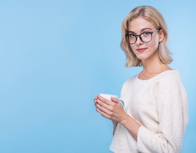 Portret młoda kobieta z eyeglasses