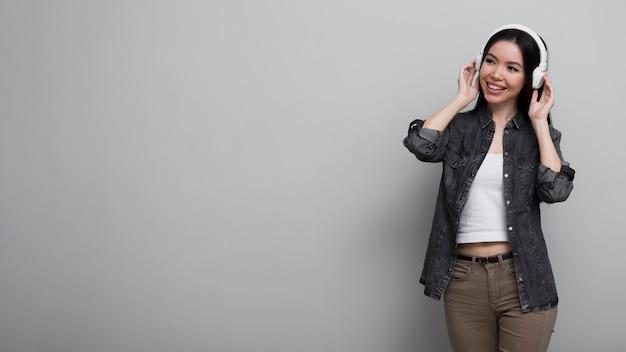 Portret młoda kobieta z hełmofonami dalej