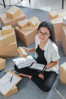Portret młoda kobieta z online biznesem pracuje w domu