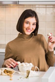 Portret młoda kobieta z pieczarkami