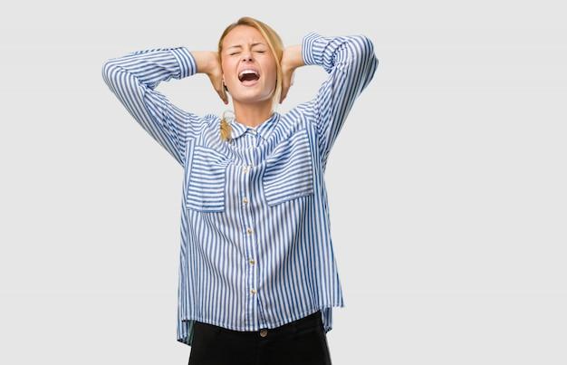Portret młoda ładna blondynki kobieta szalona i desperacka, krzyczy z kontrola