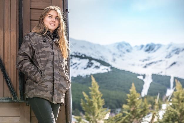Portret młoda ładna kobieta w zimie w beli kabinie w śniegu