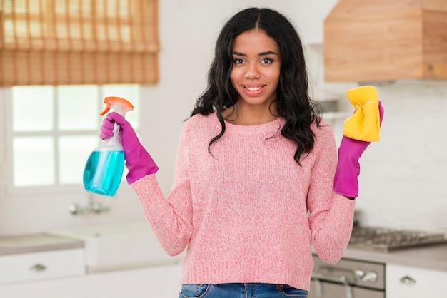 Portret młoda mama czyści dom