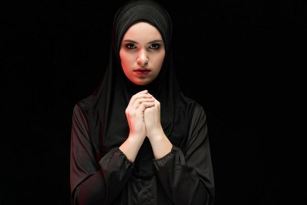 Portret młoda muzułmańska kobieta w tradycyjnym odziewa