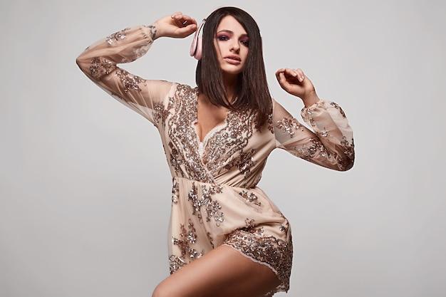Portret młoda piękna brunetki kobieta z hełmofonami