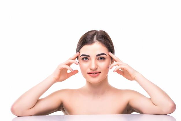 Portret młoda piękna caucasian kobieta dotyka jej twarz odizolowywającą. oczyszczająca twarz, idealna skóra. pielęgnacja skóry, kosmetologia
