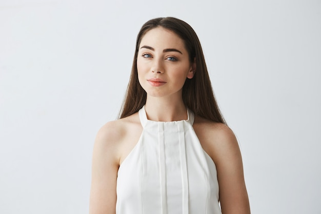 Portret młoda piękna czuła dziewczyna w bluzki ono uśmiecha się.