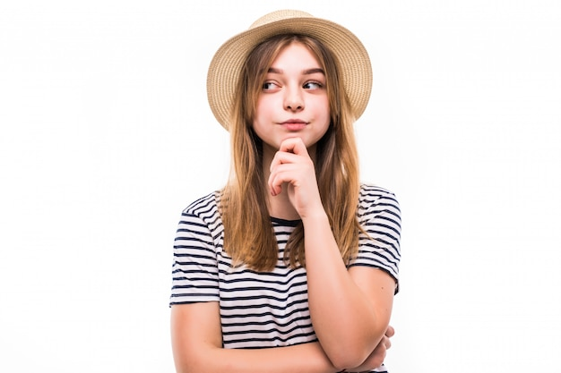 Portret młoda piękna kobieta marzy myślący marszczący brwi nad biel ścianą