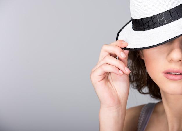 Portret młoda piękna kobieta w kapeluszu. copyspace