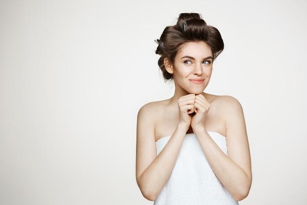 Portret młoda piękna kobieta w włosianych curlers i ręcznikowy uśmiechnięty pozować. kosmetologia i spa.