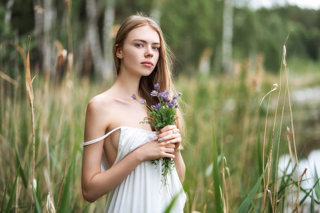 Portret młoda piękna kobieta z dzikimi kwiatami