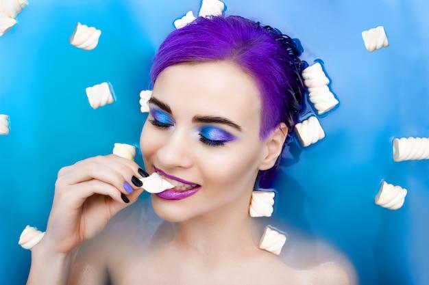 Portret młoda piękna mody kobieta z purpurowym włosy