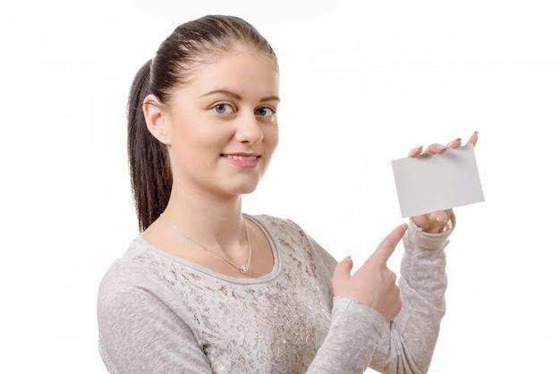 Portret młoda piękna szczęśliwa kobieta z pustą biel kartą