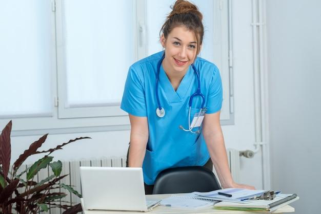 Portret młoda pielęgniarka w błękita mundurze