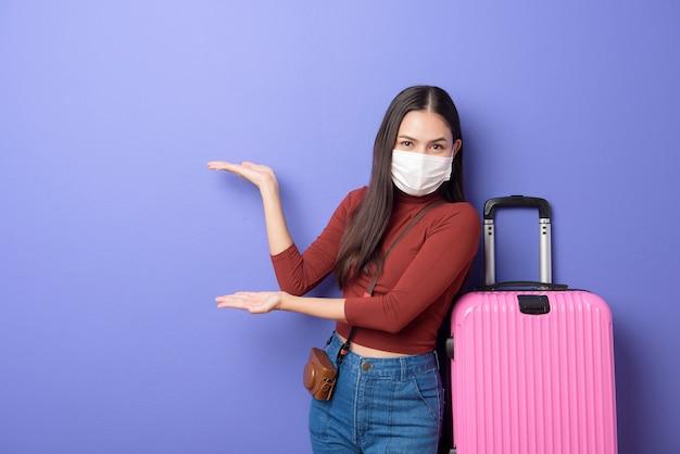 Portret młoda podróżnik kobieta z twarzy maską, nowy normalny podróży pojęcie