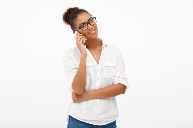 Portret młoda pomyślna afrykańska biznesowa dama na białych półdupkach